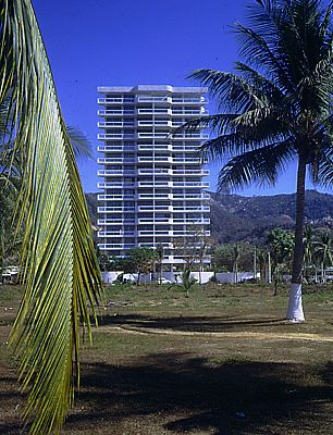 Condominium apartments Acapulco. Photo: Julius Shulman. © Harry Seidler & Associates