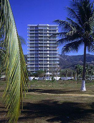 Condominium apartments Acapulco. Photo: Julius Shulman. © Harry Seidler & Associates